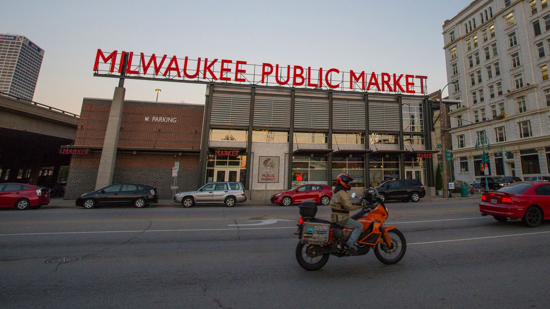 Milwaukee Public Market Does Madison >> Visit Milwaukee The Milwaukee Riverwalk